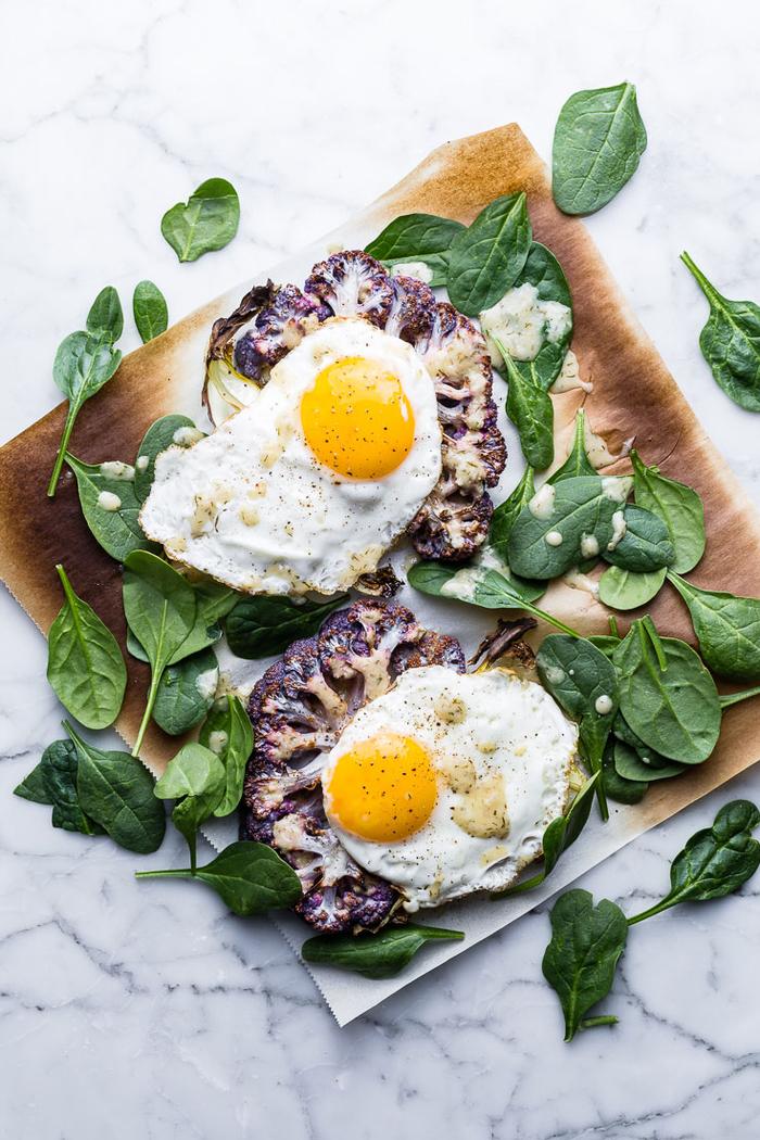 idée de petit déjeuner pour maigrir composé de chou fleur rôti au four à l'oeuf plat et aux épinards