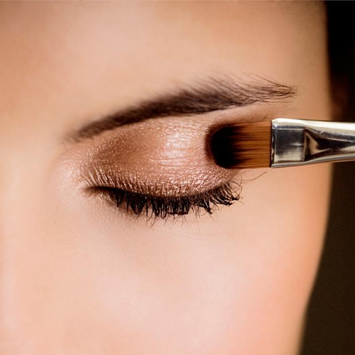 paupières perlées, maquillage des paupières simple, idée maquillage net et élégant