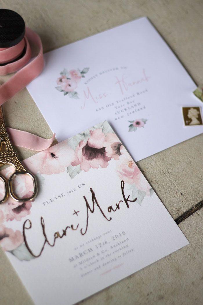 faire part de mariage romantique aux motifs floraux raffinés à l'aquarelle avec les noms des mariés en doré