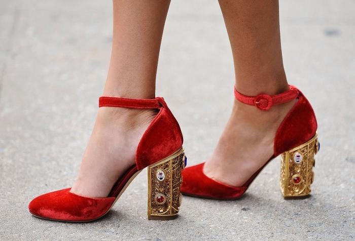 modèle de chaussures femme à la mode, chaussures rouges avec lacets à talons en décoration dorée