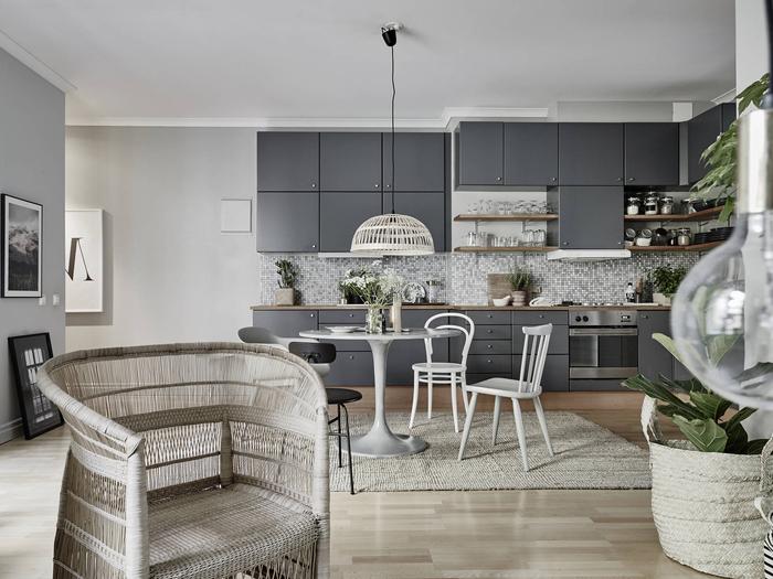 une cuisine gris anthracite à finition mat associée à une crédence gris clair imitation mosaïque, quelle couleur pour une cuisine gris anthracite