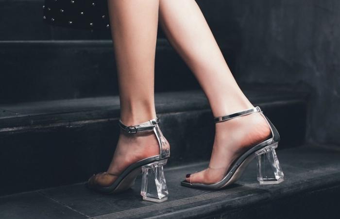 élégance avec paire de chaussures à design transparents, modèle de sandales avec lacets argentés et petits talons