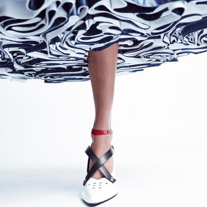 comment choisir sa chaussure printemps femme, modèle de chaussure élégante en blanc avec lacets noirs et rouge