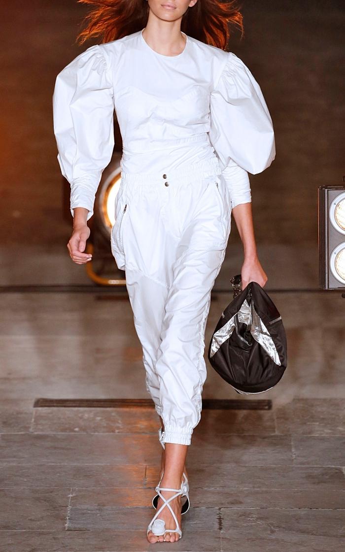 élégance et classe féminine en tailleur blanc avec blouse à manches fluides et une paire de sandales modernes