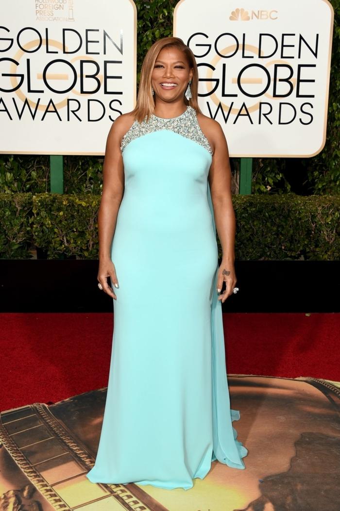 robe bleu ciel, dentelle au décolleté d'une robe longue au sol, robe avec traine