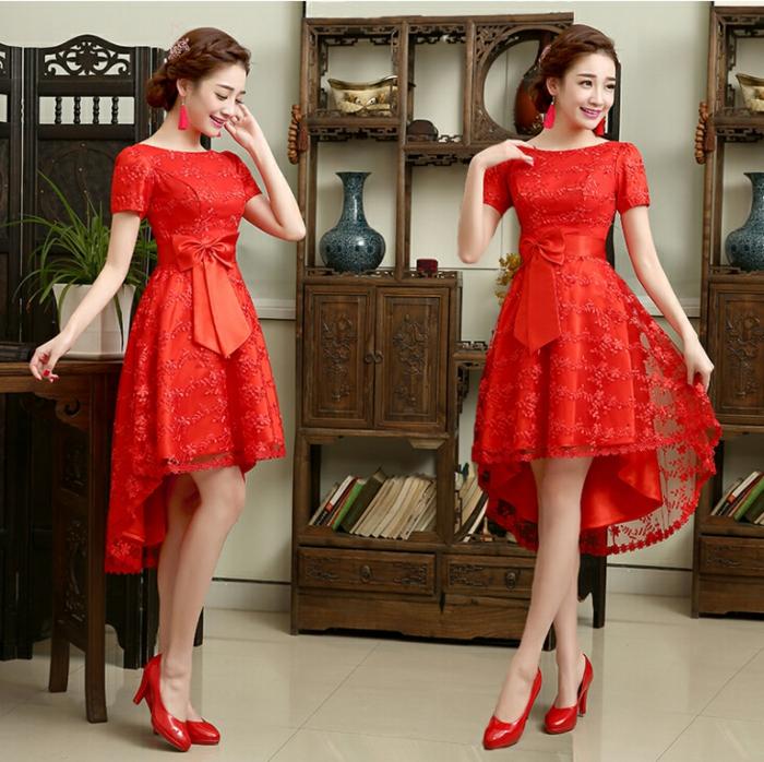 escarpins rouges, robe soirée rouge courte devant longue derrière, boucles d'oreille rouges