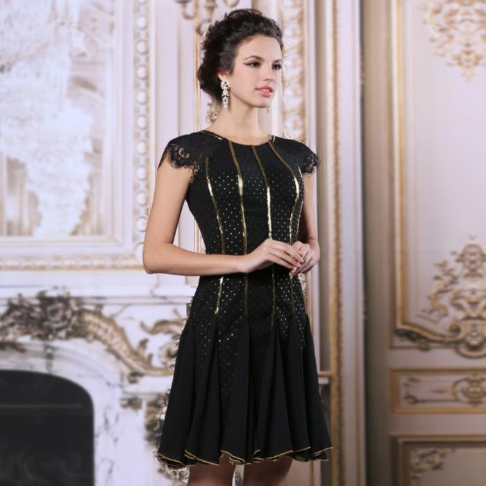 robe noire chic, manches courtes, bandes dorées, tenue de soirée femme élégante