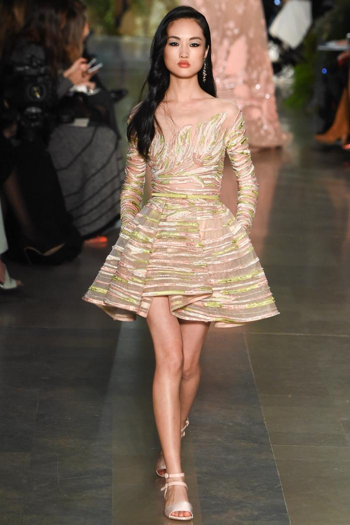 tenue de soirée courte chic, robe tendance design avec longues manches et décolleté intéressant