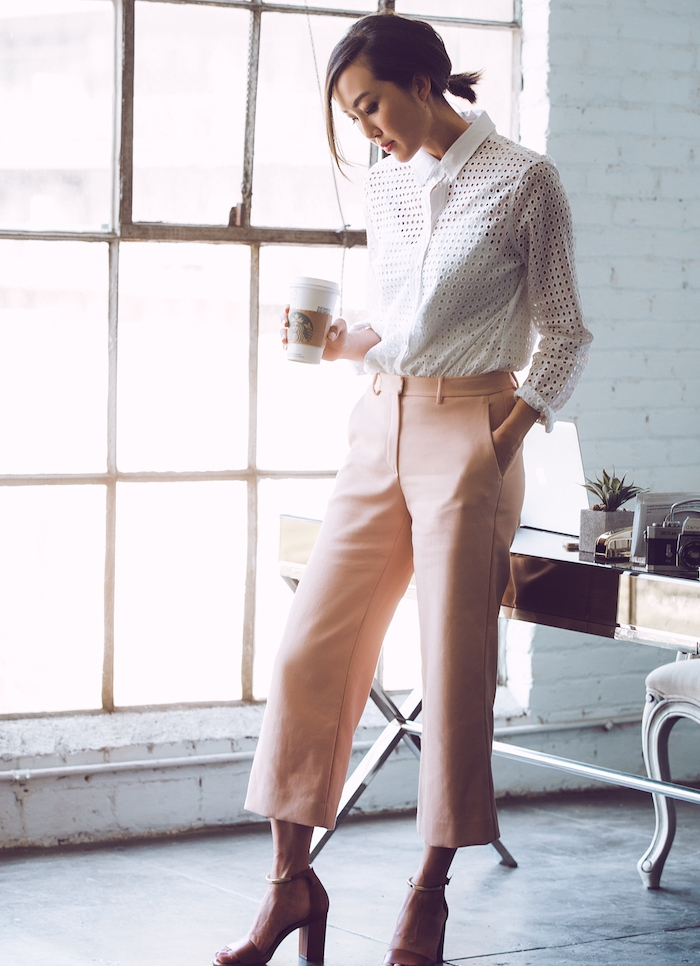 tenue entretien d embauche femme avec chemise blanc transparent, pantalon rose clair, chaussures à talon