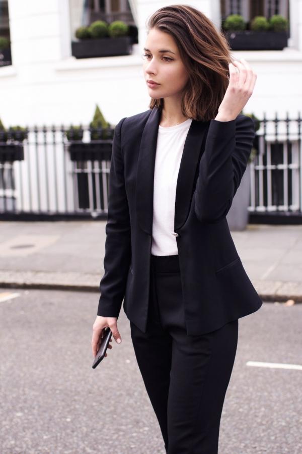 tenue entretien d'embauche pour femme, tailleur classique en noir avec tee shirt blanc, cheveux carré plongeant