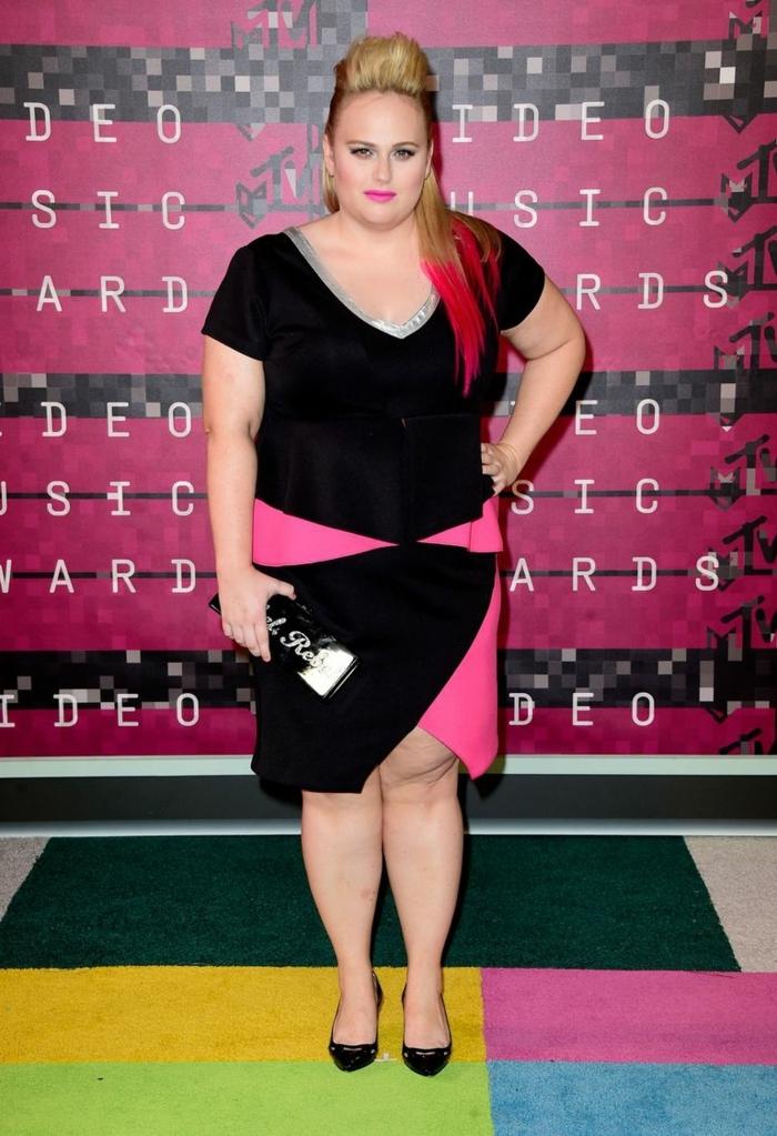 escarpins noirs, robe femme ronde bicolore, coiffure volumineuse, décolleté en V