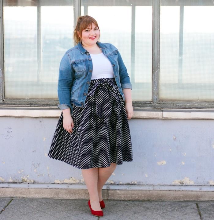 vest en jean, tee shirt femme blanc, jupe en noir et blanc, chaussures rouges, coiffure queue de cheval, vetement grande taille femme moderne