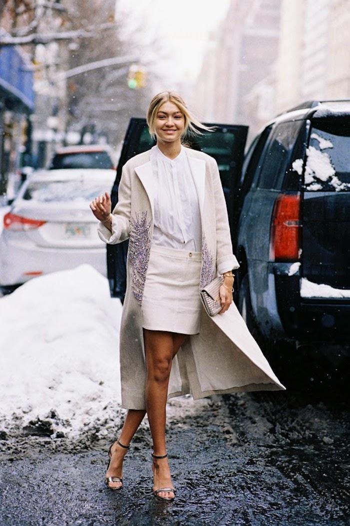 Tenue bapteme femme s habiller modeste chic moderne ceremonie hiver tenue bapteme jupe crayon chemise blanche et manteau