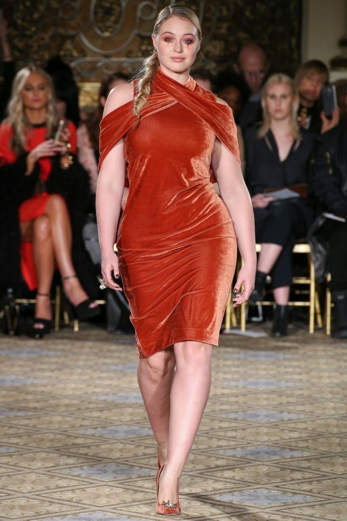vetement femme grande taille, modèle de robe moulante, matière moelleuse