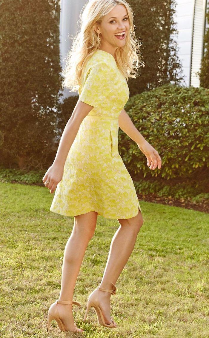 La tenue de bapteme femme habillés de manière décente et stylée reese witherspoon jaune robe trapeze manche courte