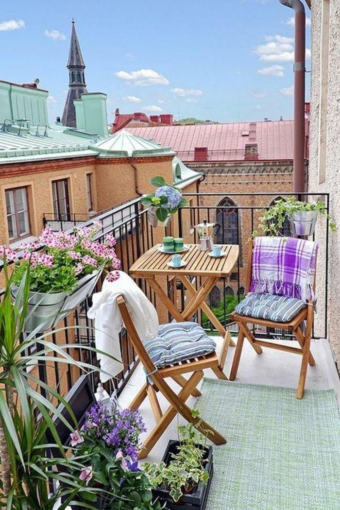 idee deco terrasse,decoration jardin terrasse, deux chaises avec table carrée pliables en bois clair, meubles IKEA, tapis rectangulaire réséda, pots avec des plantes et des fleurs