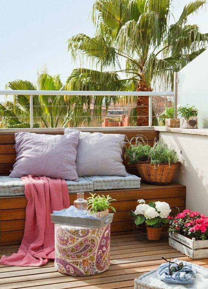 idee amenagement terrasse, canapé en bois de palettes poli et peint, déco jardin récup, amenagement petite terrasse, gros coussins en lila et blanc, sol revêtu de bois clair