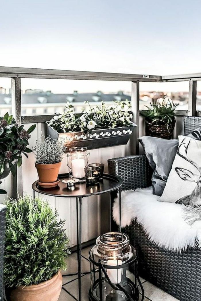 balcon fleuri,decoration jardin terrasse, style élégant, meubles en rotin noir PVC, garde-corps en verre et métal couleur argent, lanterne en verre et en métal noir