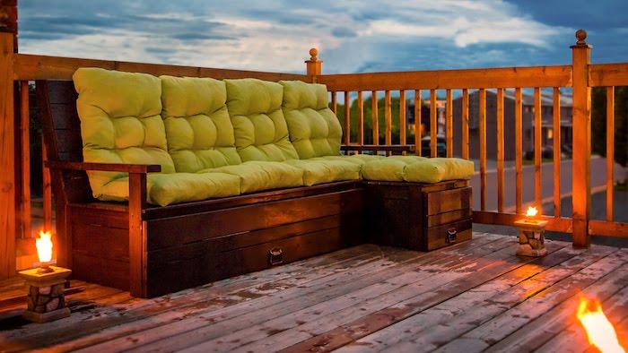 deco terrasse originale avec banquette en palette avec coussin vert pistache, luminaires originales flamme