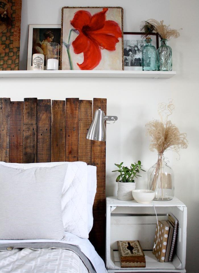 comment fabriquer une tete de bois planches vintage, linge de lit gis et blanc, étagère blanche surchargée de décorations, table de nuit en cagette bois