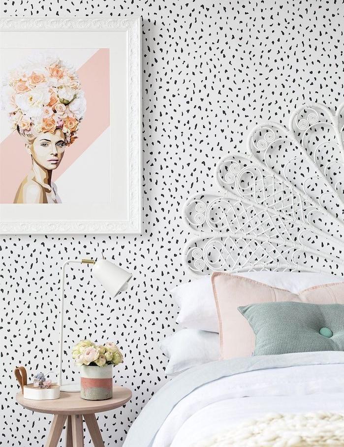 modele de tete de lit papier peint noir et blanc, linge de lit coloré, tete de lit blanches métallique, table de nuit scandinave, cadre avec dessin femme original, deco style scandinave