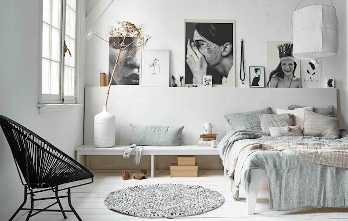 deco chambre nordique avec tete de lit scandinave de photos noir et blanc, banc blanc, linge de lit gris, beige et blanc, accessoires deco scandinave, chaise nordique noire