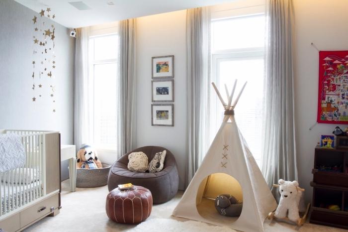 faire un tipi pour la chambre enfant, pièce aux murs blanc avec rideaux longs beige et mur de cadres photo