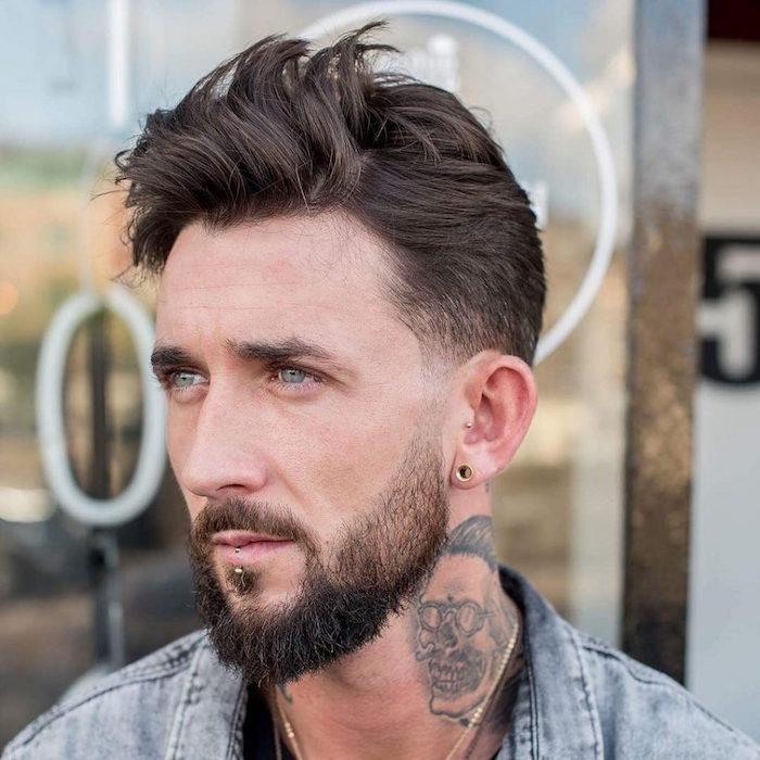 bien tailler sa barbe courte en dégradé avec pattes rasées et tatouage tete de mort dans le cou
