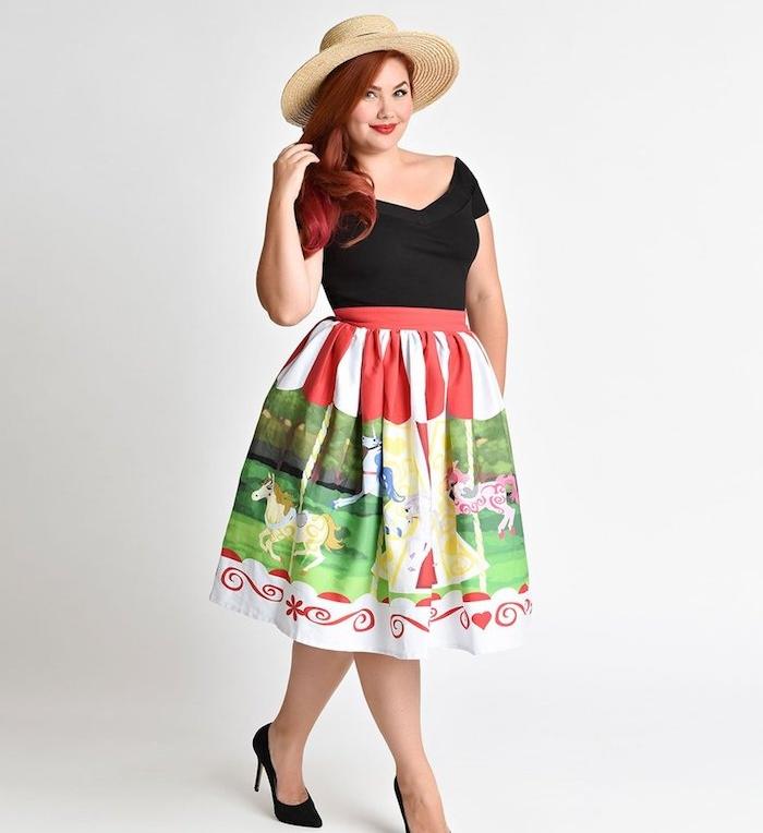 jupe grande taille coloré à imprimé original, carrousel, tee shirt noir, chapeau beige, chaussures noires, cheveux rouges