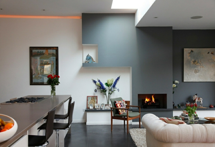 cheminée murale, salon et salle à manger en bleu et blanc, décoration murale cheminée