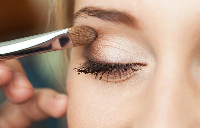 maquillage des yeux facile, mascara noir, ombres pailetées, et coinde l'oeil foncé