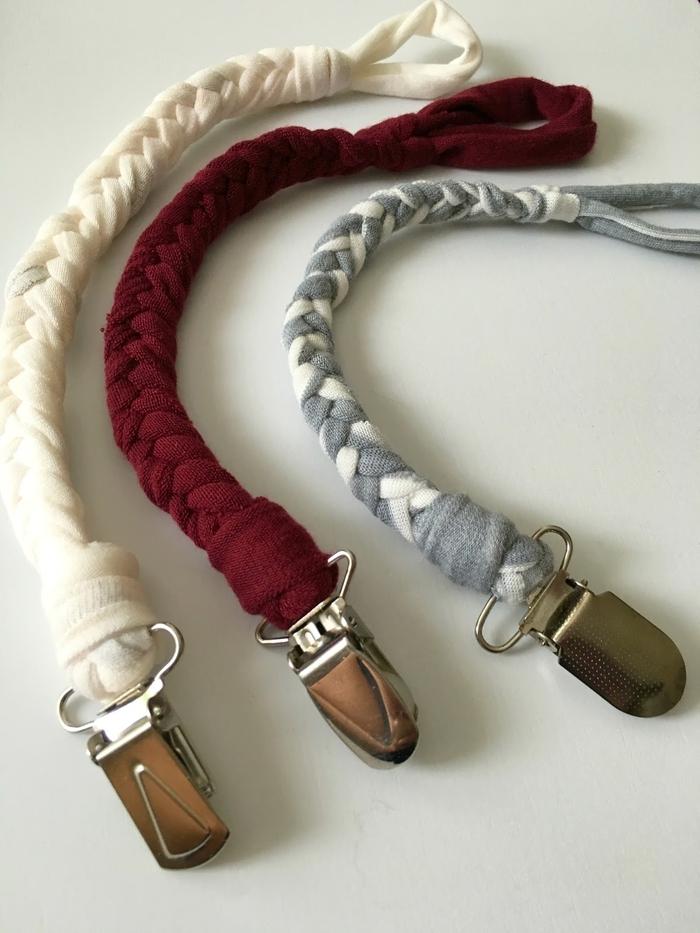 modèle tressé d'attache tétine tissu réalisé à partir d'une chute de tissu, avec une pince clip en métal