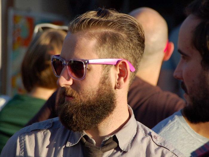 homme hipster blond avec coupe en arriere et dégradé de barbe longue et epaisse