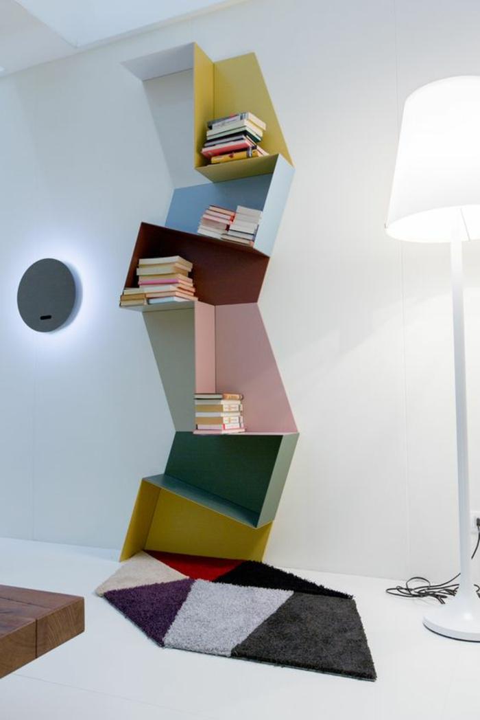 idee deco mur, peinture blanche, colonne d'étagères effet incliné, peintes en jaune, vert, bleu pastel et rose, tapis en formes géométriques irrégulières, carrelage blanc, luminaire sur pied avec abat-jour de tissu blanc