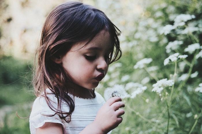 Photo petite fille coupe cheveux court petite fille adorable image coupe enfant cheveux mi longs coiffure decoiffee