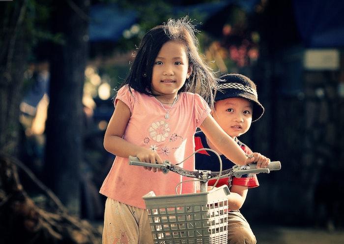 Coupe courte petite fille coupe de cheveux pour petite fille coiffer une fille avec son frère sur bicyclette