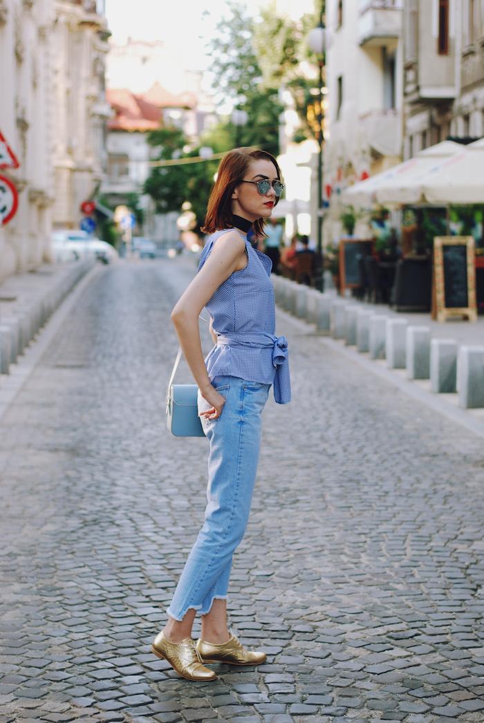 Cool tenue basket femme compensée quelles chaussures sport avec tenue décontractée en bleu claire chaussures dorées