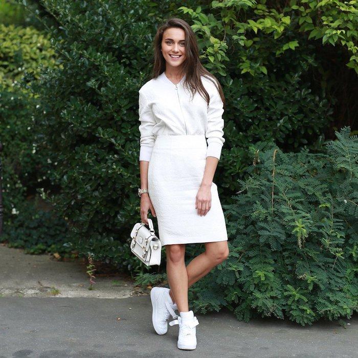 Basket habillee femme être chic et se sentir en confort tenue simple tout blanche basket sport