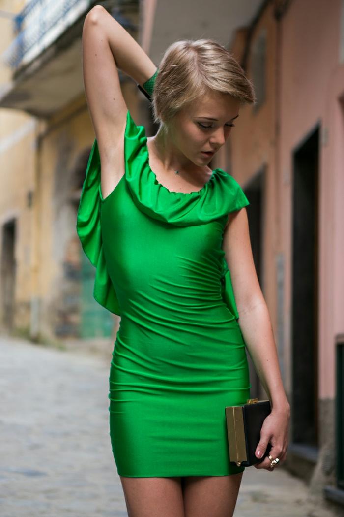 robe de gala courte en vert, volants dans la partie haute, cheveux courts blonds
