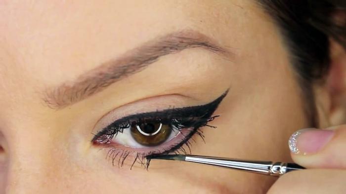 maquillage yeux trait d'eyeliner noir, yeux marrons tâchés de vert, maquillage simple