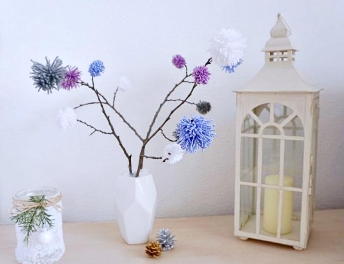 deco a faire soi meme avec laine, objets décoratifs pour le salon avec bocal de noel et vase origami avec arbre en pompons