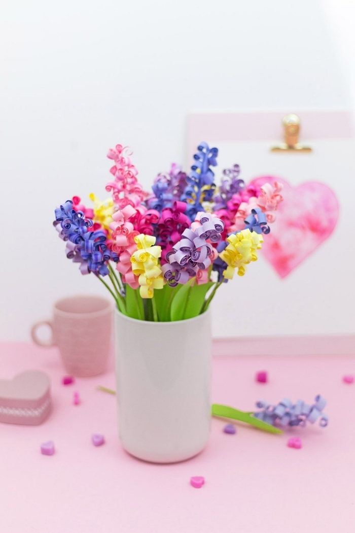 jolie idée cadeau fête des mères a fabriquer en papier colorés, bouquet de fleurs diy en papier coloré dans une vase blanche
