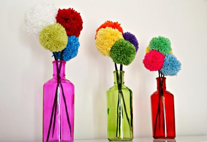 objets décoratifs de couleurs vibrantes pour transformer la déco, modèles de vases en verre colorée avec bouquets de pompons
