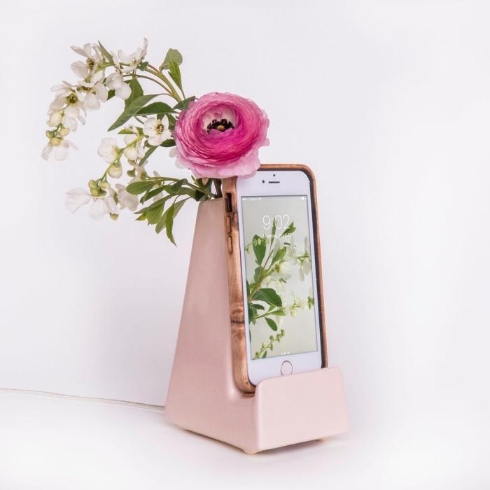 trouver un cadeau fête des mères original en ligne, modèle de vase en rose pastel avec support pour portable