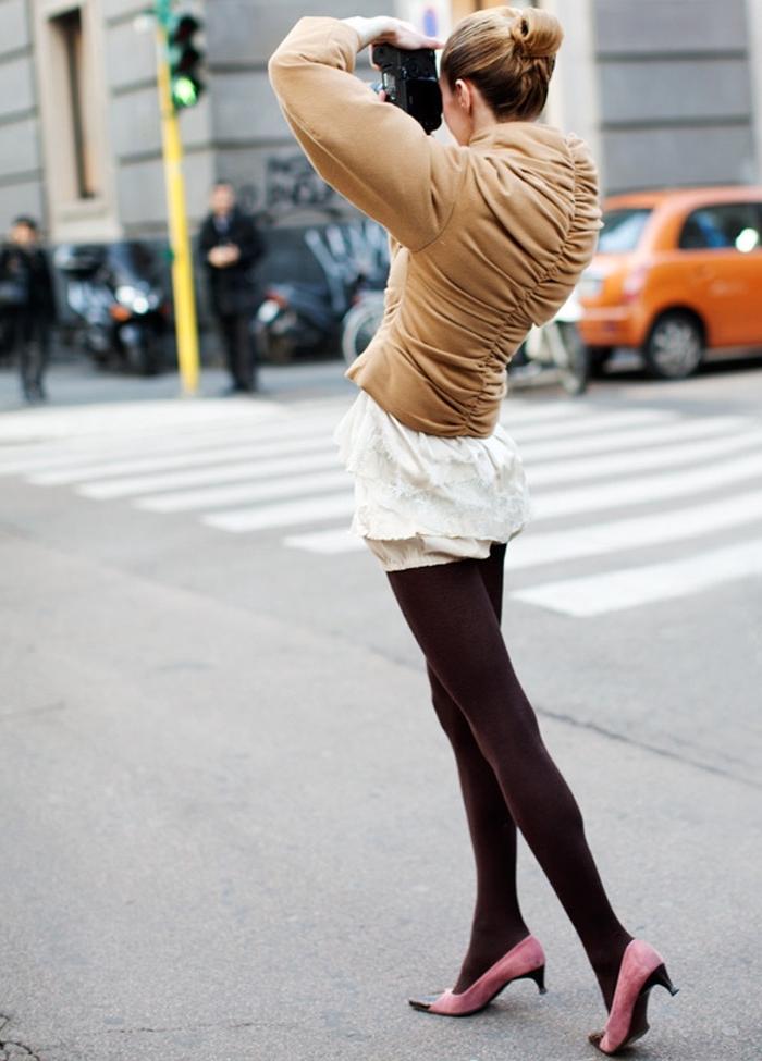 idée comment porter les chaussures rose à talons kittens avec collants marron foncé et une tunique de couleur blanche