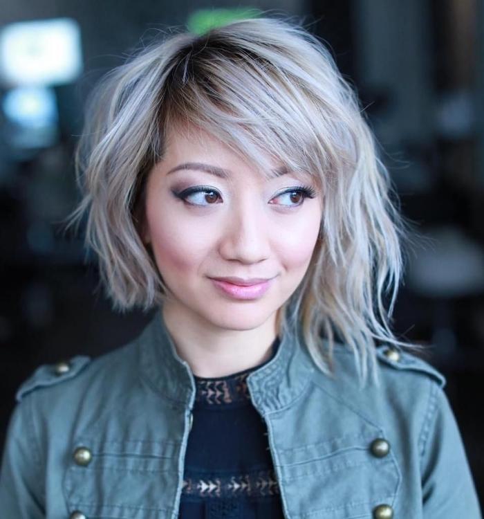 coupe de cheveux moderne en carré court dégradé avec mèches longues devant et frange de côté, maquillage aux yeux smoky et lèvres roses