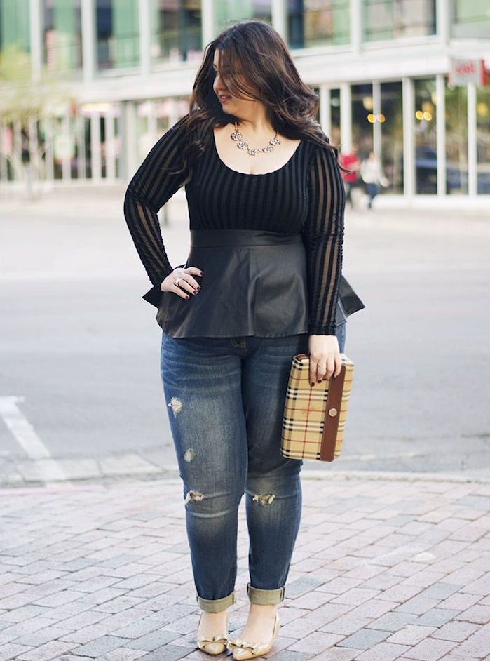 chemise femme noire avec un bas en cuir noir, pantalon jean, chaussures avec ruban or, pochette femme beige, cheveux chatain foncé