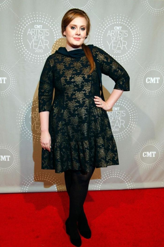 Adele en robe évasée avec des manches, robe col montant, tenue femme élégante