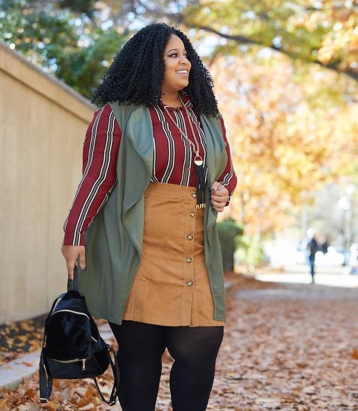 vetement femme ronde, des bas noirs, jupe couleur ocre, chemise rouge à rayures, veste sans manches vert de gris, sac à dos femme noir, cheveux frisés noirs