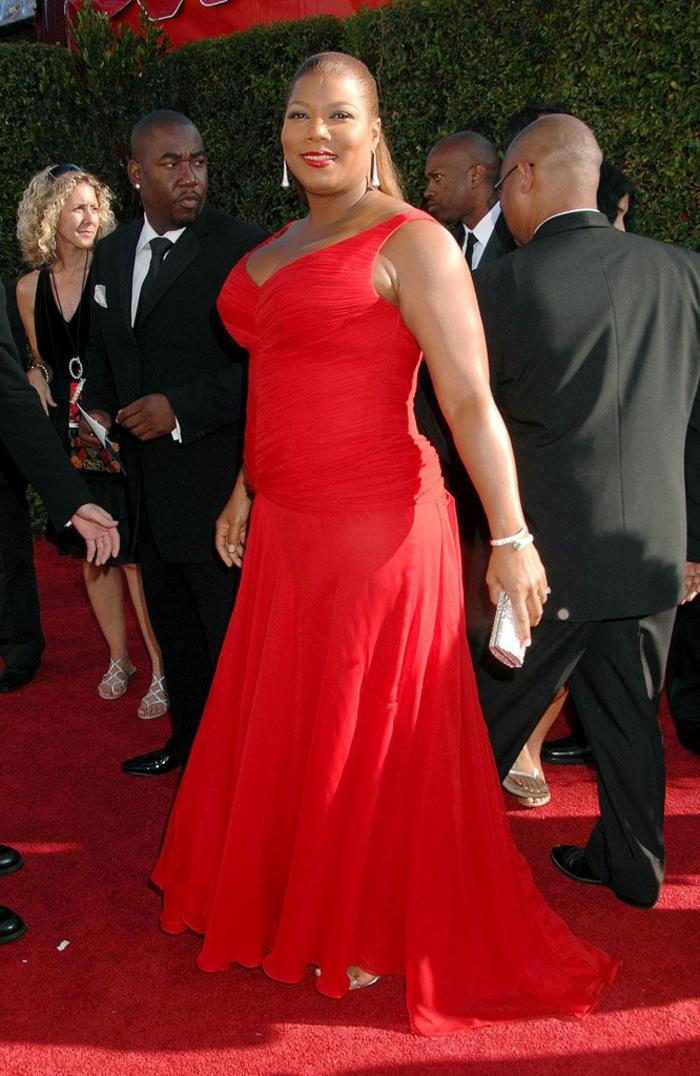 actrice en robe rouge longue, tenue de cérémonie femme, coiffure queue de cheval